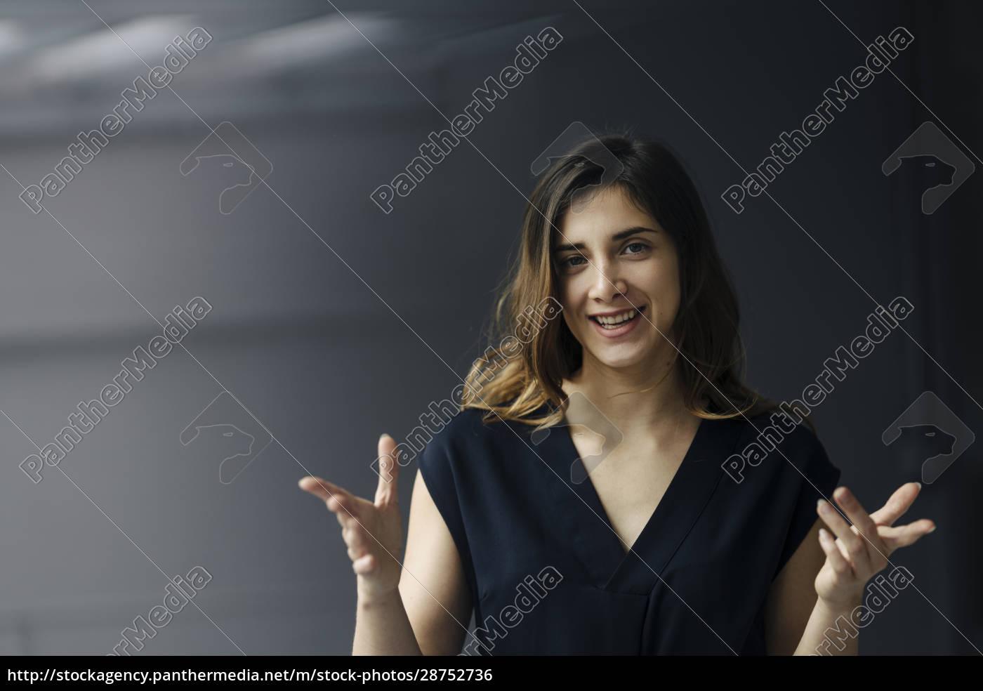 porträt, einer, gestikulierenden, jungen, geschäftsfrau, vor - 28752736