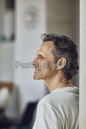 portraet eines seniors in einer loft