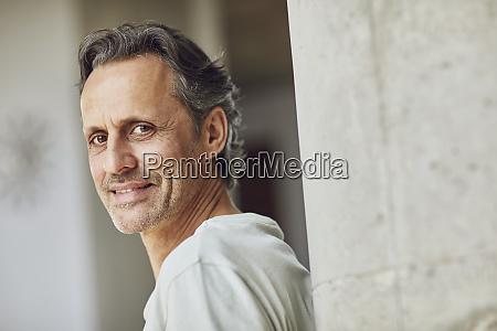 portraet eines selbstbewussten seniors in einer
