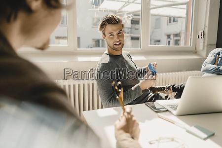 junge, geschäftsleute, arbeiten, im, büro, zusammen - 28753927