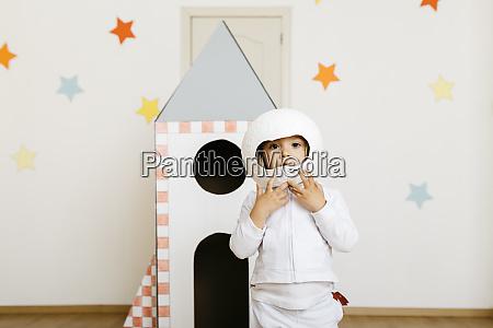 mädchen, im, kostüm, und, spielt, astronaut - 28753220