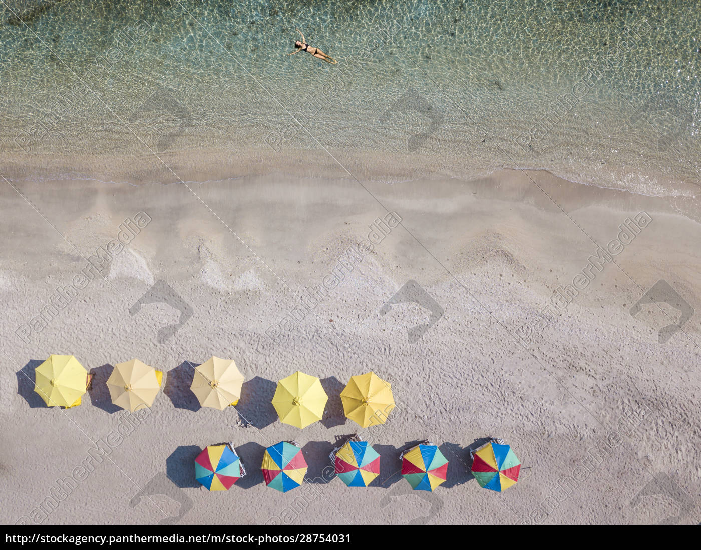 indonesien, bali, luftaufnahme, junger, frau, die, sich, im, küstenwasser - 28754031