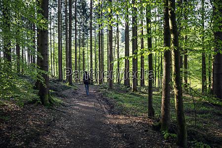 deutschland bayern egling maennliche wanderer wandern