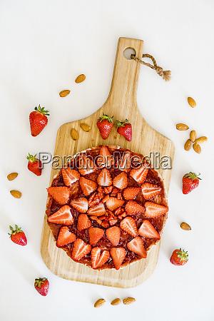 veganer kaesekuchen mit mandeln und erdbeeren