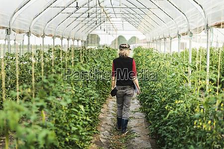 landarbeiterin ueberprueft das wachstum von bio