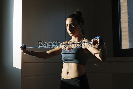 frau beim training mit fitnessband zu