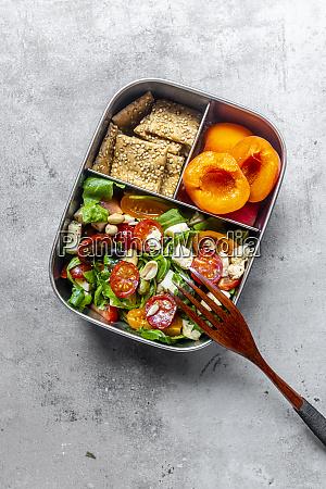 lunchbox mit rucolasalat mit farbigen tomaten