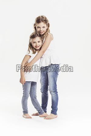 portraet zweier barfuessiger schwestern die vor