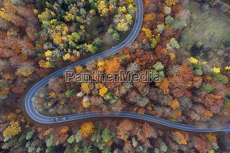 deutschland bayern drohnenansicht der kurvenreichen landstrasse