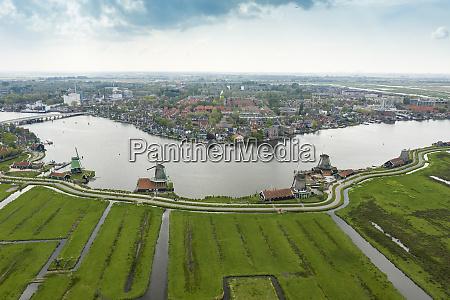 niederlande nordholland zaandam luftaufnahme historischer windmuehlen