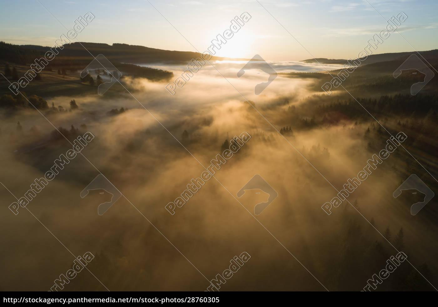 deutschland, baden-württemberg, drohnenansicht, des, schluchsees, bei, sonnenaufgang, in - 28760305