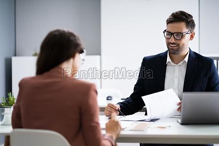 vorstellungsgespraech business manager im gespraech mit