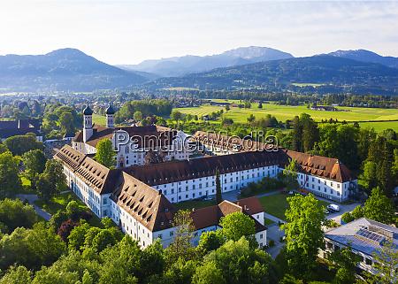 deutschland bayern drohnenansicht des klosters benediktbeuern
