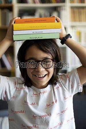 portraet des lachenden jungen mit stapel