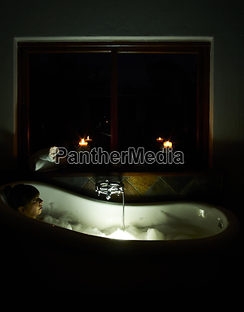 frau entspannen in badewanne in der