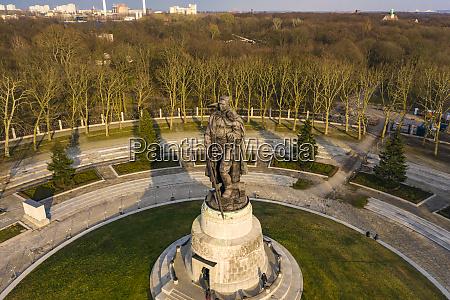 deutschland berlin luftaufnahme des sowjetischen kriegerdenkmals