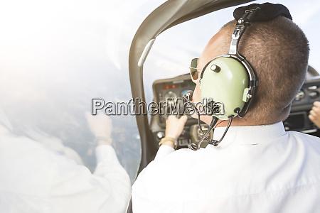 pilot fliegt im sportflugzeug