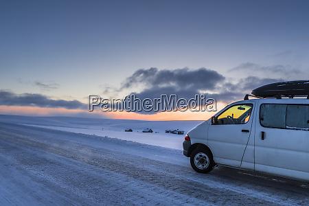 wohnmobil auf landstrasse im winter tana