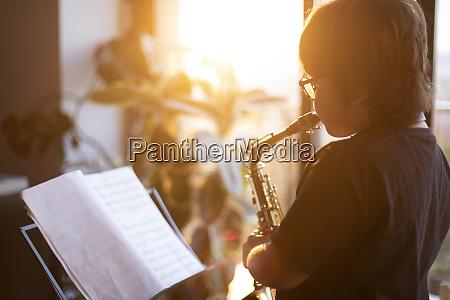 junge trainiert um das saxophon zu