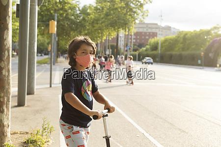 portraet von jungen tragen schutzmaske reiten