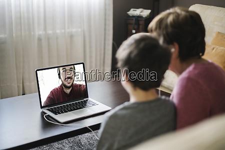 enkel mit einem laptop mit seiner