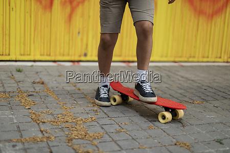beine, von, jungen, skateboarding, auf, fußweg - 28764309