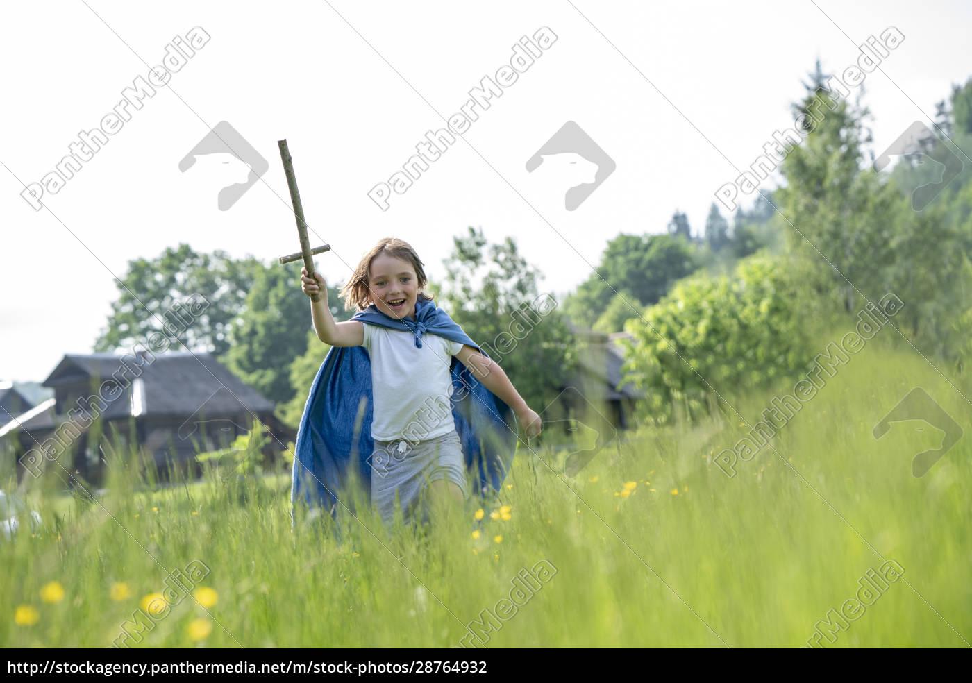 verspielter, junge, trägt, umhang, halten, spielzeug - 28764932