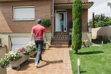 lleida spanien mann liefert ein
