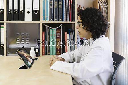arzt diskutiert krankheit mit seniorin per