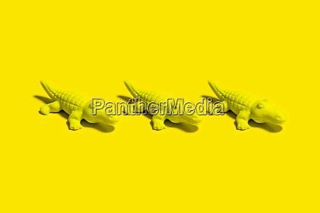 studioaufnahme von drei kleinen krokodilfiguren