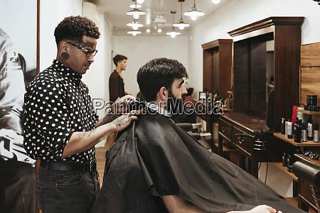trendige barbier befestigung umhang auf maennlichen