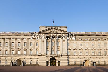 die fassade des buckingham palace der