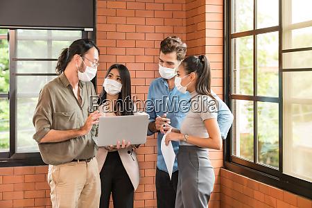 businee person treffen mit gesichtsmaske