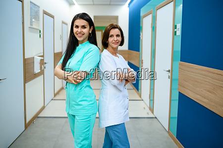 laechelnde AErztinnen posieren im klinikflur