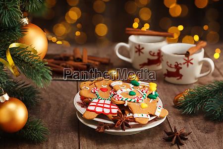 hausgemachte lebkuchenplaetzchen und heisse schokolade die