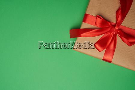 rechteckige box in braunes papier gewickelt