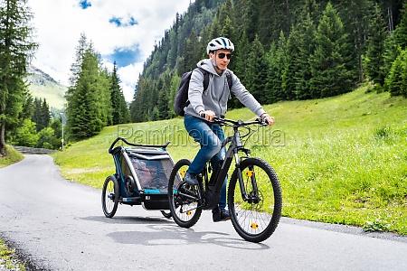 mann mit e bike mtb und