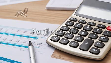 finanzbuchhaltungspapiere mit taschenrechner und stift
