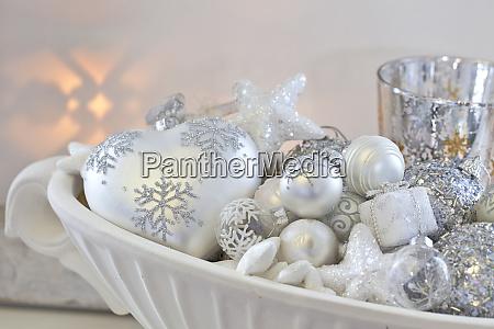 elegante weihnachtsdekoration in weiss und silber
