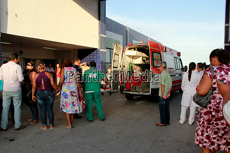 menschen neben samu krankenwagen