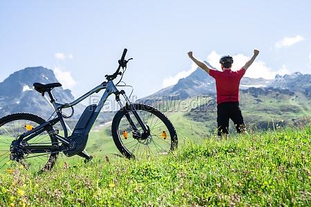 e fahrrad mountainbike in OEsterreich excited