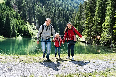 familie mit kind am bergsee in