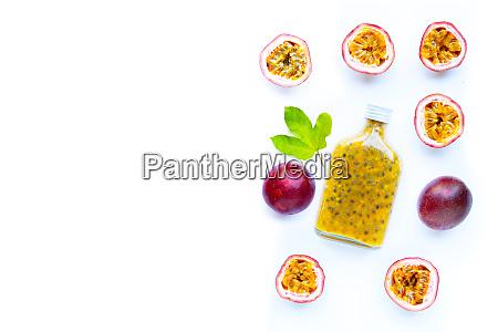 passionsfruchtsaft auf weissem grund speicherplatz kopieren