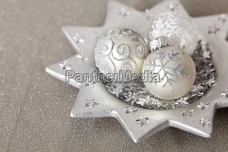 elegante weihnachtsdekoration mit silberkugeln