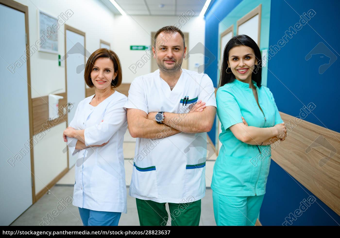 drei, lächelnde, Ärzte, stehen, im, klinikflur - 28823637