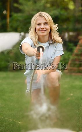 gärtner, mit, schlauchbewässerungsanlagen, im, garten - 28823810