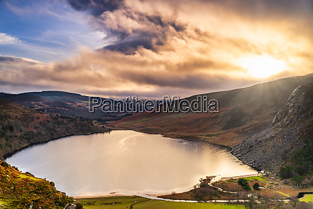 dramatischer sonnenuntergang am lake lough tay