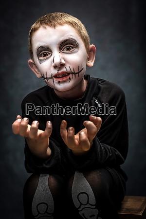 kind als skelett in beaengstigender pose