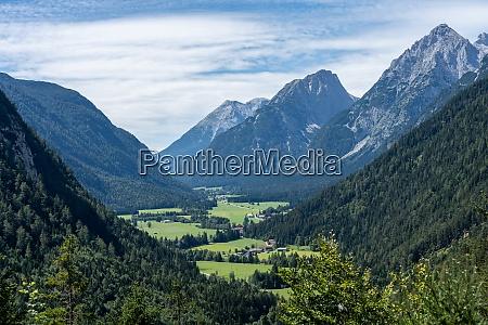 blick auf feuchte berge und leutaschtal