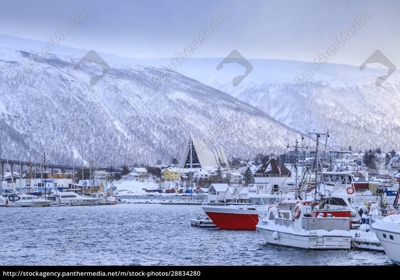 tromso, kleiner, bootshafen, fjord, brücke, arktis-kathedrale, nach, starkem, schnee, fallim, winter, troms, polarkreis, nordnorwegen, skandinavien, europa - 28834280